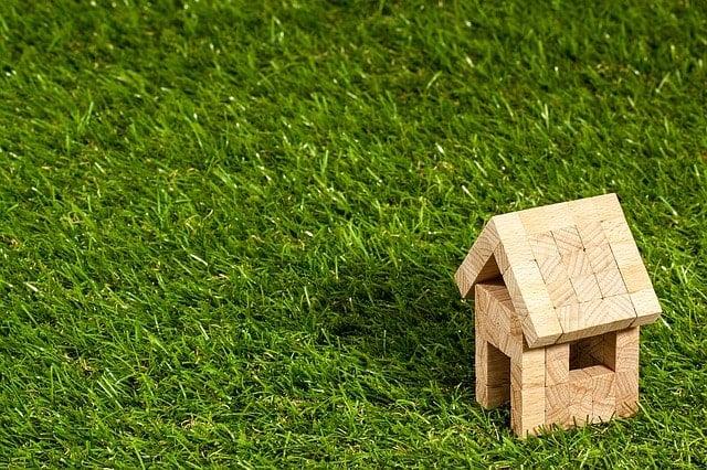Casa pequeña sobre césped