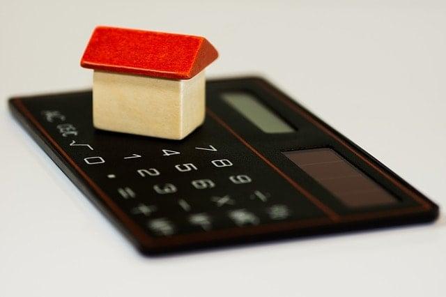 Casa sobre una calculadora