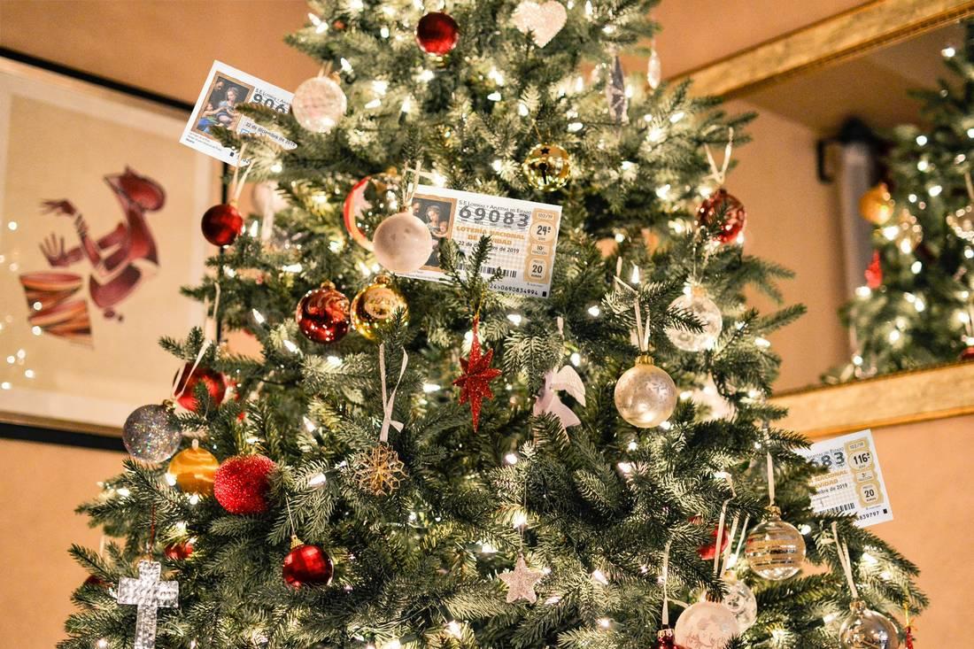 Décimos de lotería de Inmobres en un árbol de Navidad.