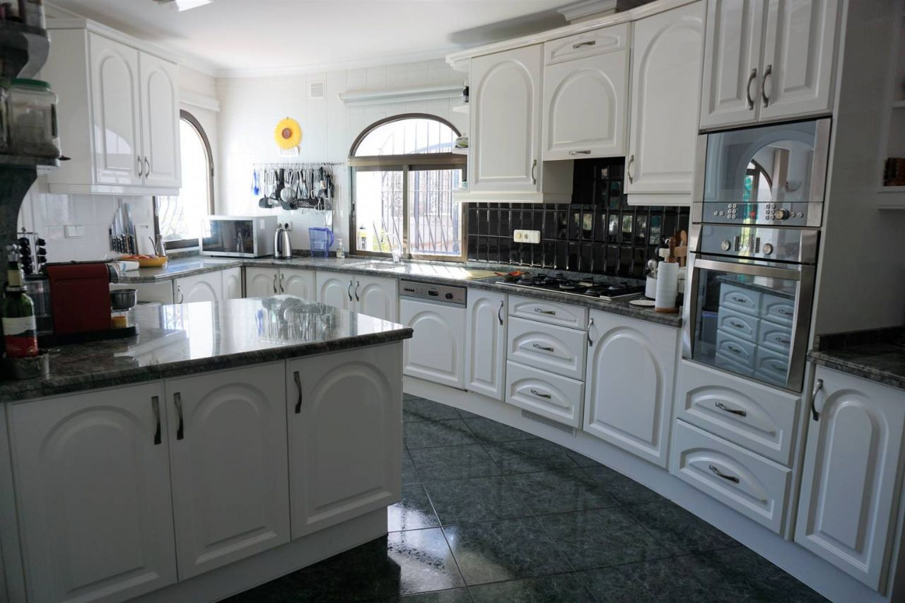 Cocina de la gran casa con apartamento de invitados