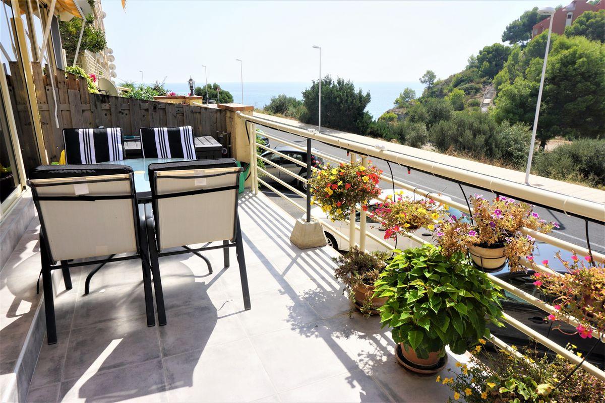 Terraza del apartamento reformado y con piscina comunitaria