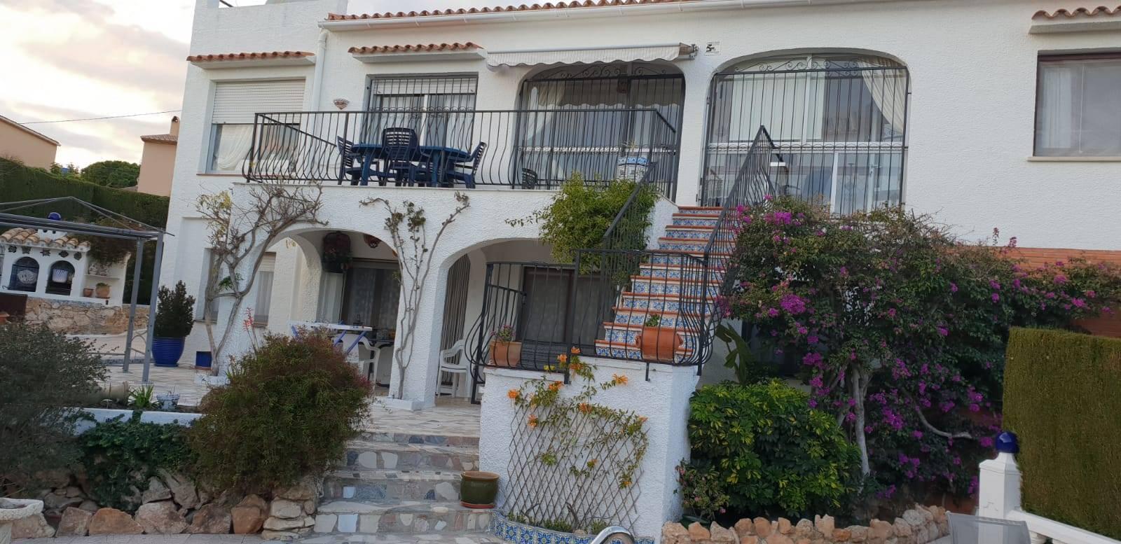 Villa de dos apartamentos con piscina privada