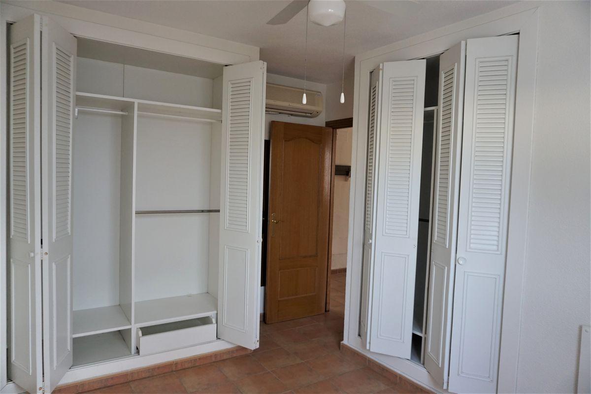 Habitación con armarios empotrados