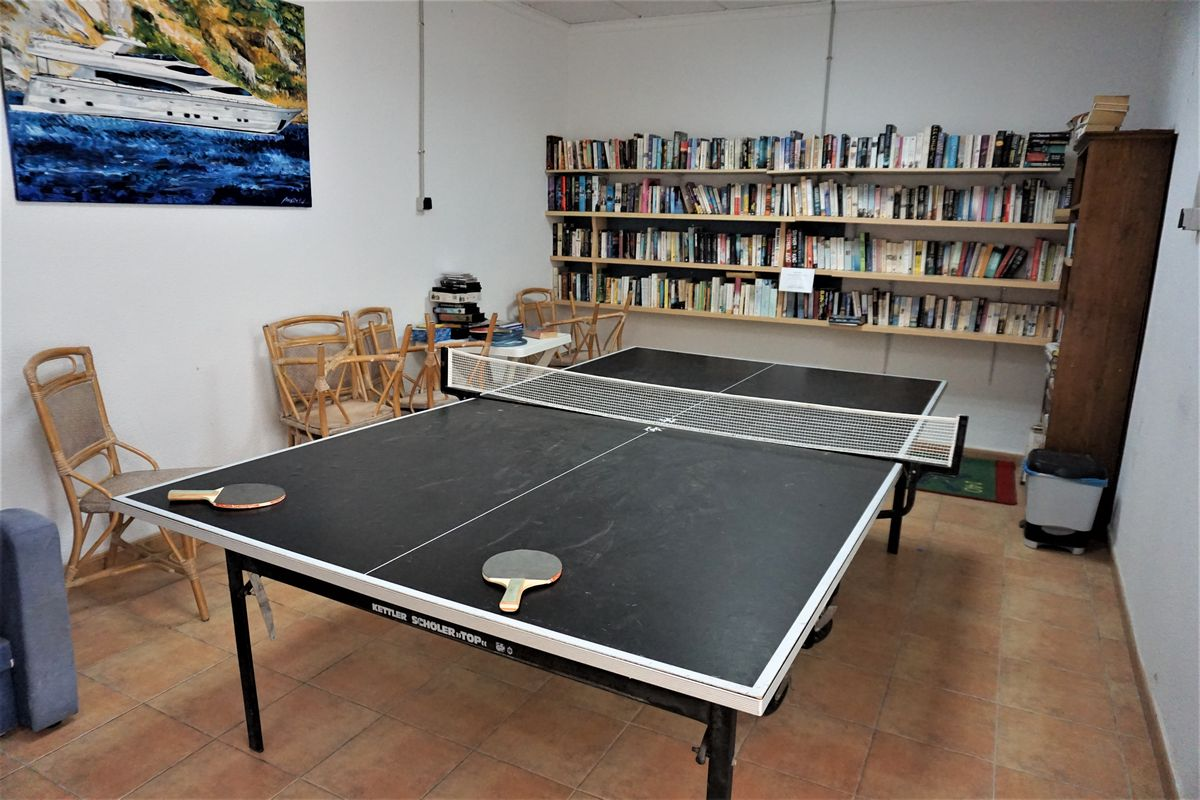 Mesa de ping pong y biblioteca