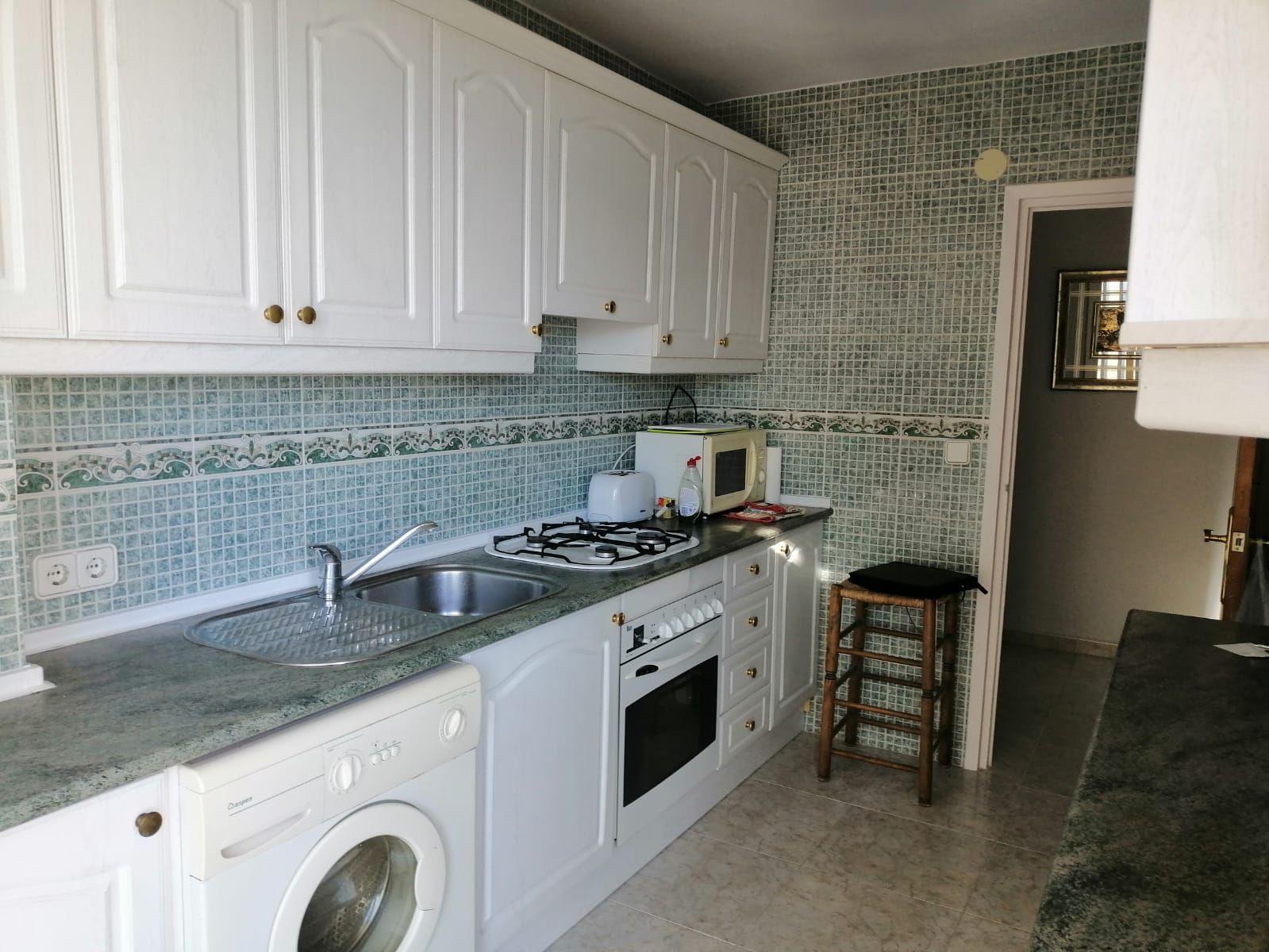 Cocina del acogedor apartamento de 2 dormitorios con vistas al mar