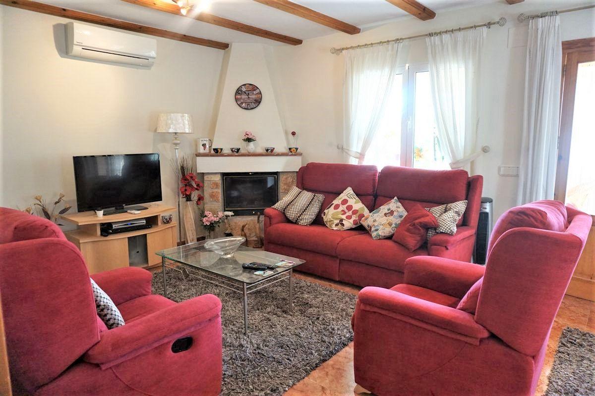 Salón de la casa familiar de un nivel y 3 dormitorios