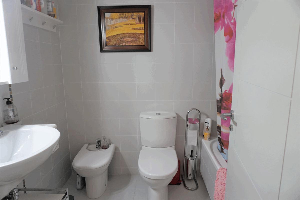 Baño del acogedor apartamento de 1 dormitorio y piscina comunitaria