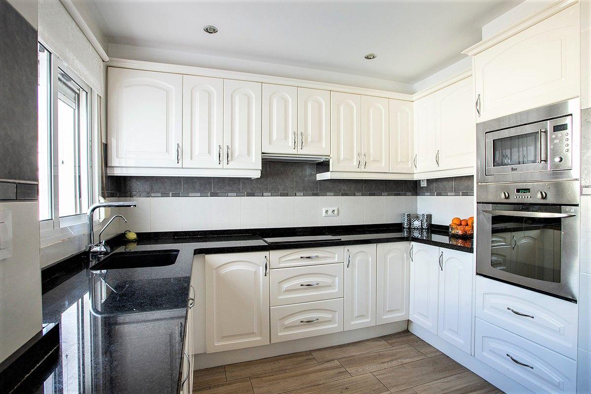 Una cocina de la gran casa familiar de dos apartamentos